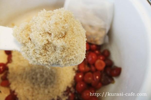 果実がゴロゴロ、香り豊かな、さくらんぼジャムの作り方。三温糖を使ってコクのある甘さに。