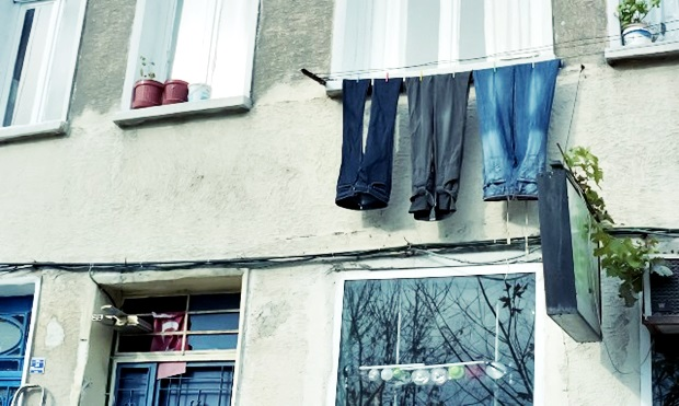 ズボンを早く乾かすにはコツがある!省スペース、時短で部屋干しでもしっかり乾かす方法